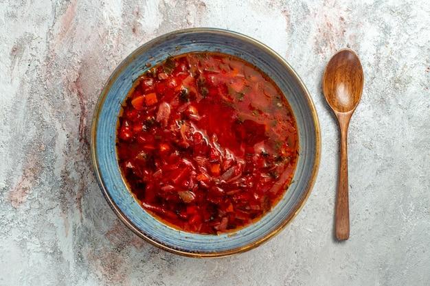 Vista dall'alto deliziosa zuppa di barbabietola ucraino borsch su spazio bianco Foto Gratuite