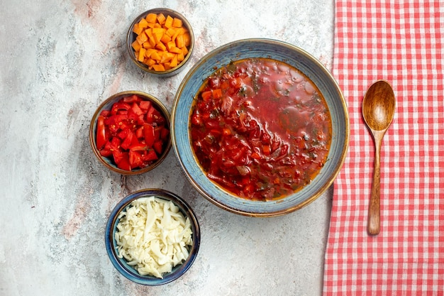 Vista dall'alto deliziosa zuppa di barbabietola ucraino borsch su spazio bianco