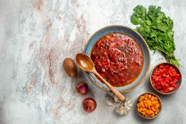 Vista dall'alto deliziosa zuppa di barbabietola ucraino borsch con verdure su spazio bianco