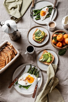 Вид сверху вкусный ассортимент блюд для завтрака