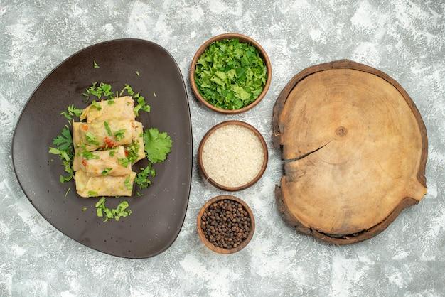 Vista dall'alto il delizioso cavolo dolma è costituito da carne macinata con verdure su sfondo bianco cena pepe piatto cibo carne