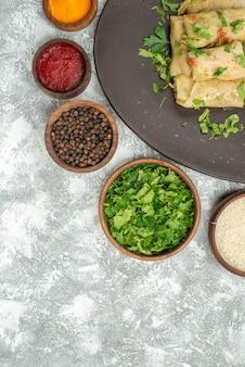 Vista dall'alto delizioso cavolo dolma è costituito da carne macinata con verdure su sfondo bianco cena a base di carne piatto calorico calorie