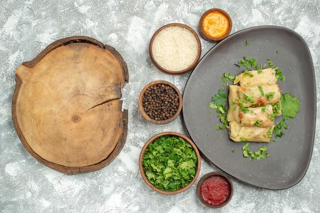 Vista dall'alto il delizioso cavolo dolma è costituito da carne macinata con verdure su sfondo bianco piatto di carne cena calorie olio cibo