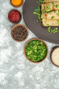 上面図おいしいキャベツドルマは、白い背景に緑のひき肉で構成されています肉ディナーカロリー食品料理