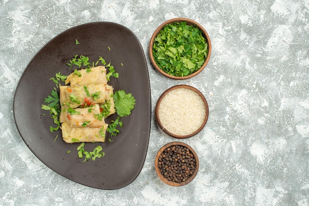 上面図おいしいキャベツドルマは、白い背景に緑のひき肉で構成されていますディナーペッパーフードディッシュミート