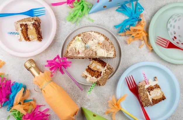 Вид сверху вкусный торт на тарелках