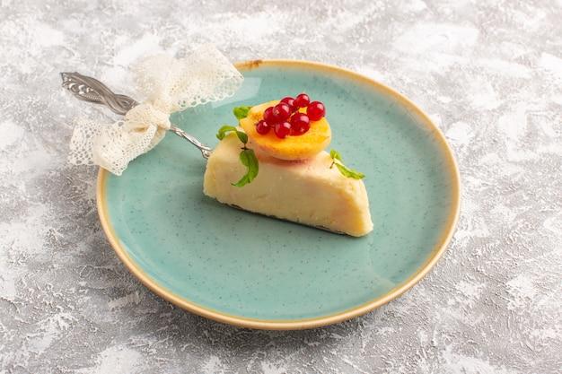 白い背景の上のプレート内のアプリコットスライスと平面図おいしいケーキスライスビスケット砂糖甘い生地を焼く