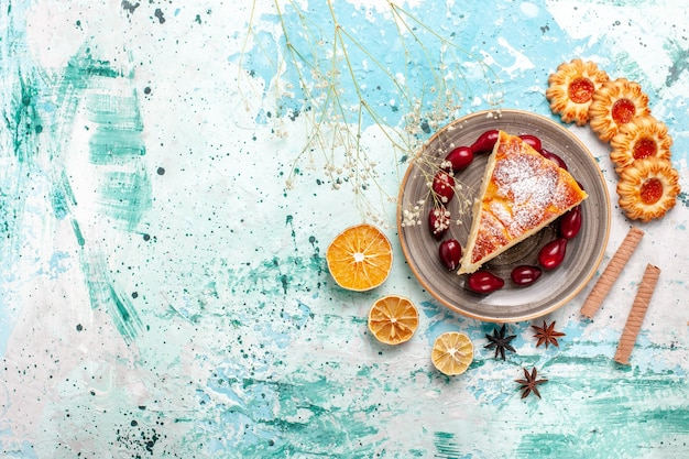 파란색 벽 케이크에 쿠키와 상위 뷰 맛있는 케이크 조각은 달콤한 파이 비스킷을 구워