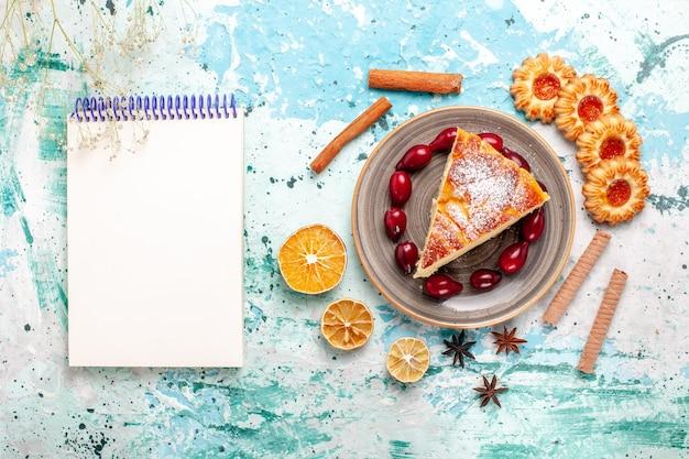 블루 책상 케이크에 쿠키와 상위 뷰 맛있는 케이크 조각은 달콤한 파이 비스킷을 구워