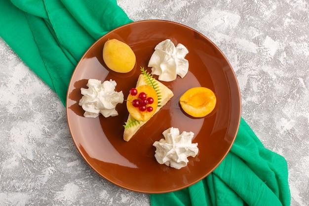 明るいデスクケーキ砂糖甘い生地焼きにクリームとアプリコットの平面図おいしいケーキスライス