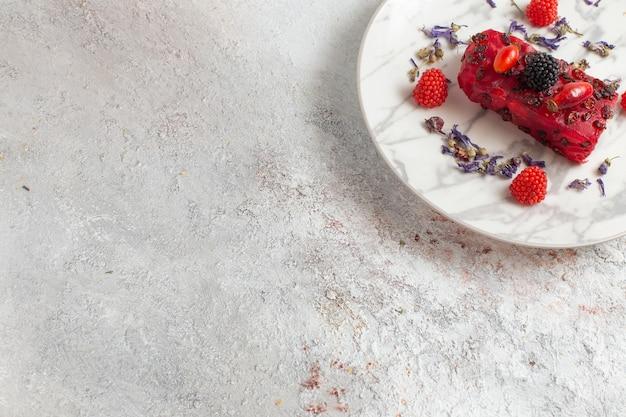 Вид сверху вкусный кусочек торта со сливками и свежими ягодами на белом фоне выпекать бисквитный торт сахарный сладкий пирог фрукты