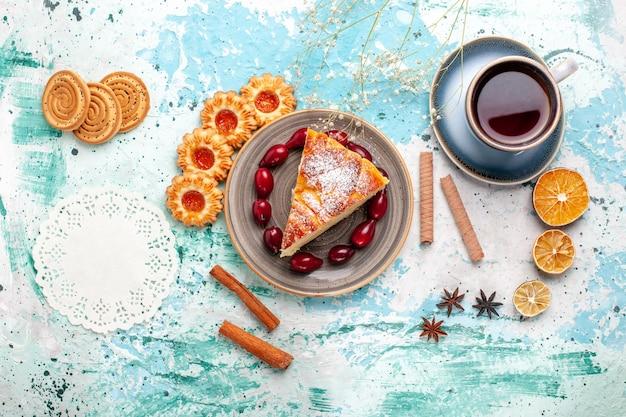 上面図青い表面にお茶を入れたおいしいケーキスライスケーキ焼きパイビスケット甘い