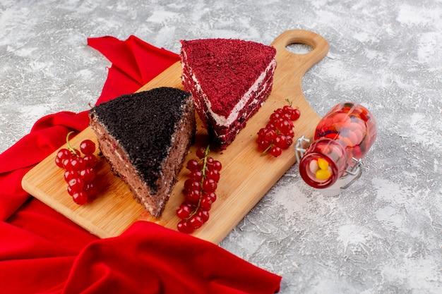 Вид сверху вкусные кусочки торта со сливочным шоколадом и фруктами клюквы на деревянном столе, торт, бисквит, сладкий