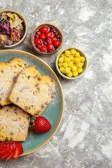 Vista dall'alto deliziose fette di torta con frutta su torta dolce torta di superficie leggera