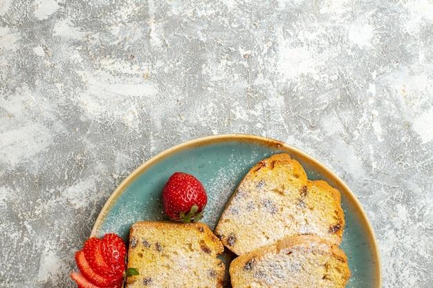 Вид сверху вкусные кусочки торта с фруктами на светлой поверхности пирог фруктовый торт сладкий