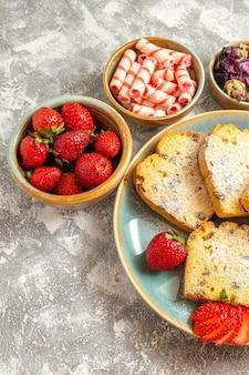 Вид сверху вкусные кусочки торта с фруктами на светлой поверхности сладкий пирог фруктовый торт