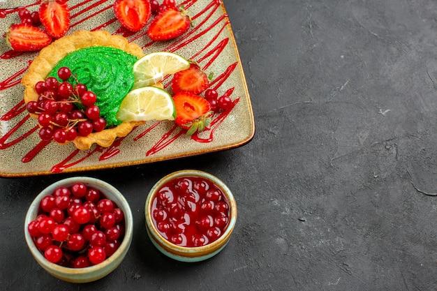 Вид сверху вкусный торт с конфетами и фруктами