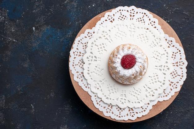 トップビューダークデスクケーキフルーツビスケットのクリームと赤のラズベリーのおいしいケーキ