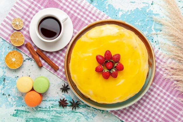 Вид сверху вкусный торт с чашкой чая на синей поверхности бисквитный торт сладкий пирог печенье сахарный чай