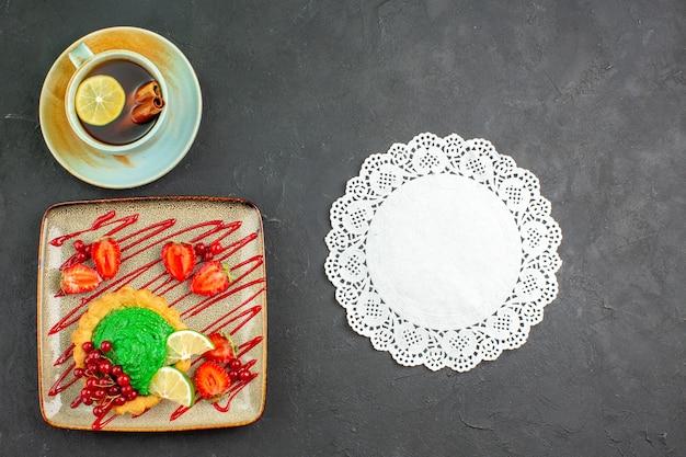 お茶とトップビューのおいしいケーキ