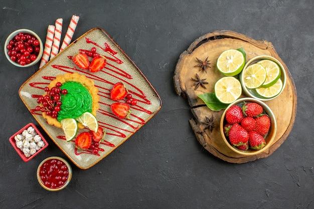 Вид сверху вкусный торт с фруктами