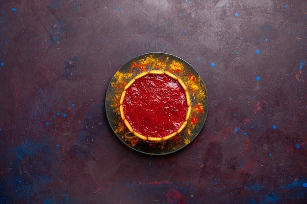 暗い背景に赤いクリームとクッキーのトップビューおいしいケーキビスケットケーキシュガーパイ甘いクッキー