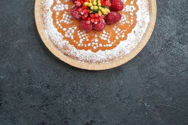 Вид сверху вкусный торт с сахарной пудрой и малиной на сером фоне пирог фруктовый ягодный сладкое печенье