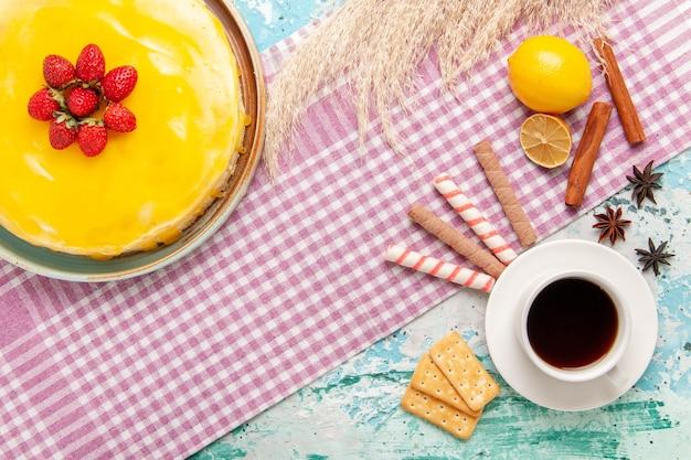 밝은 파란색 책상 비스킷 케이크 달콤한 파이 쿠키 설탕 차에 노란색 시럽과 차 한잔과 함께 상위 뷰 맛있는 케이크