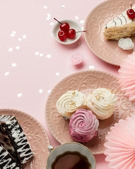 Вид сверху вкусная композиция из конфет