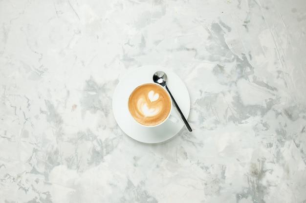 상위 뷰 맛있는 카푸치노 흰색 배경에 커피 한잔 아메리카노 디저트 차 쿠키 케이크 에스프레소 달콤한 비스킷