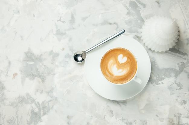 상위 뷰 맛있는 카푸치노 흰색 배경에 커피 한잔 디저트 차 쿠키 케이크 비스킷 아메리카노 에스프레소 달콤한