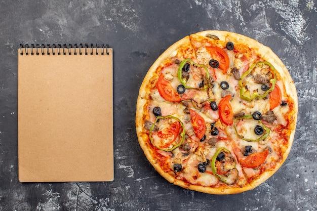 灰色の表面の上面図おいしいチーズピザ