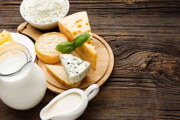 テーブルの上の牛乳とおいしいチーズのトップビュー