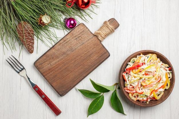 하얀 책상에 마요네즈와 야채를 곁들인 맛있는 치킨 샐러드, 익은 색 고기 신선한 식사 샐러드