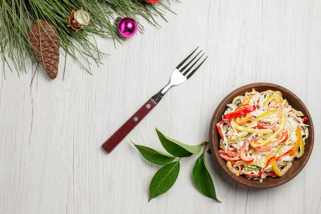 上面図白い机の上にマヨネーズと野菜を添えたおいしいチキンサラダスナック熟した色の肉の新鮮な食事のサラダ