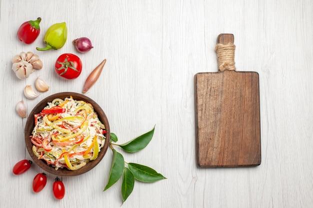 上面図白い床にマヨネーズと野菜を添えたおいしいチキンサラダ熟した色の肉の新鮮な食事のサラダ