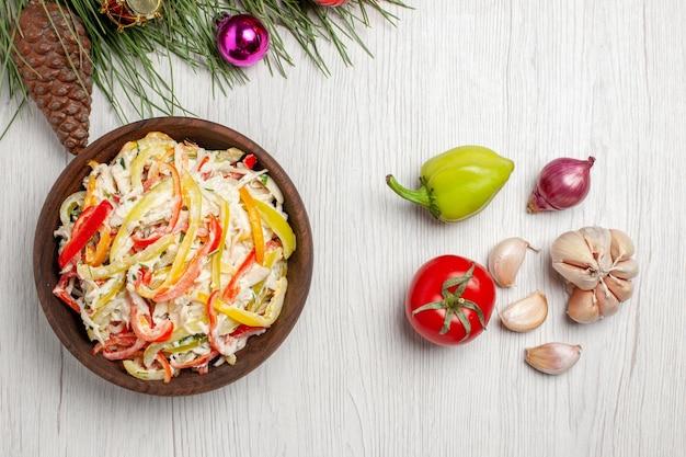 Vista dall'alto deliziosa insalata di pollo con maionese e verdure su insalata di spuntini di carne fresca di superficie bianca