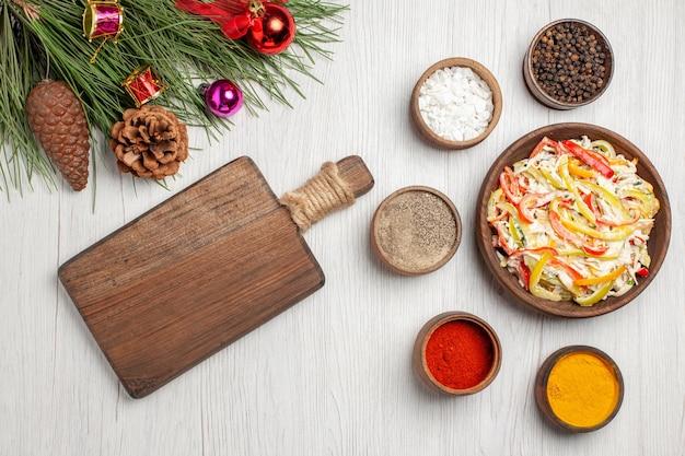 Vista dall'alto deliziosa insalata di pollo con condimenti su spuntino da scrivania bianco pasto maturo colore carne insalata fresca