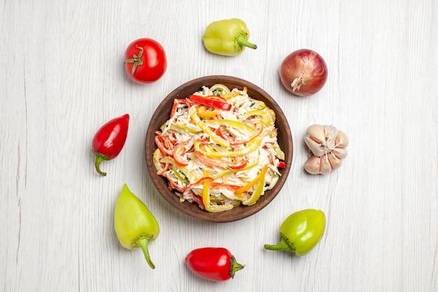 Vista dall'alto deliziosa insalata di pollo con verdure su spuntino da scrivania bianco carne matura insalata fresca