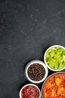 어두운 배경 치킨 소스 요리 토마토 고기에 토마토 소스와 함께 상위 뷰 맛있는 치킨 조각