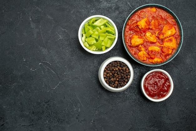 어두운 배경 소스 요리 치킨 토마토 고기에 토마토 소스와 함께 상위 뷰 맛있는 치킨 조각