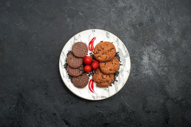 Вид сверху вкусного шоколадного печенья для чая внутри тарелки