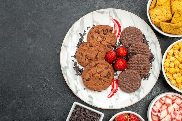 Vista dall'alto deliziosi biscotti al cioccolato con snack