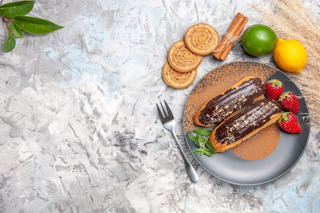 Vista dall'alto deliziosi bignè al cioccolato con biscotti su un dolce da tavola leggero