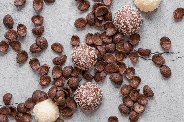 Вид сверху вкусной шоколадной композиции