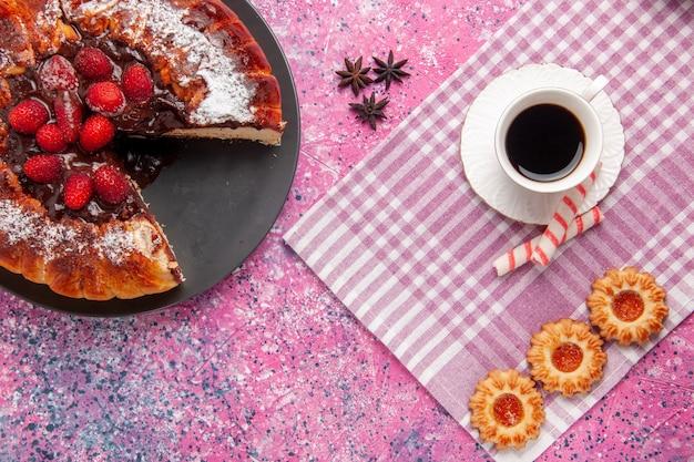 ピンクの机の上のクッキーとお茶のトップビューおいしいチョコレートケーキビスケット甘い砂糖デザートケーキ焼きパイ