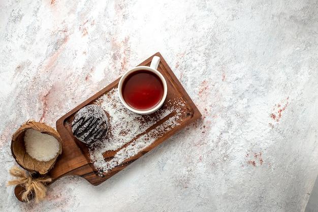 흰색 배경에 차 한잔과 함께 상위 뷰 맛있는 초콜릿 케이크 초콜릿 케이크 비스킷 설탕 달콤한 쿠키 차