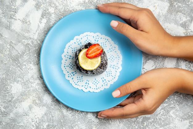Vista dall'alto deliziosa torta al cioccolato con glassa sulla superficie bianca chiara cioccolato zucchero biscotto torta dolce cuocere