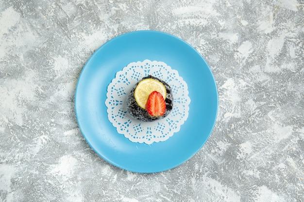 Vista dall'alto deliziosa torta al cioccolato con glassa sulla torta dolce biscotto zucchero cioccolato sfondo bianco cuocere