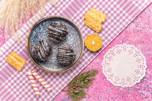 ピンクのクラッカーとトップビューのおいしいチョコレートケーキ